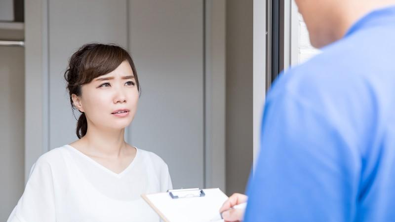 主婦と対応の悪い作業員