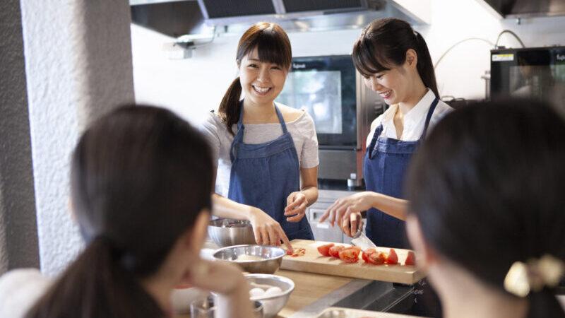 料理教室をうける女性