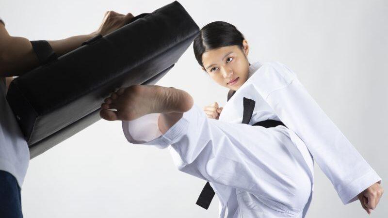 武道をする女性