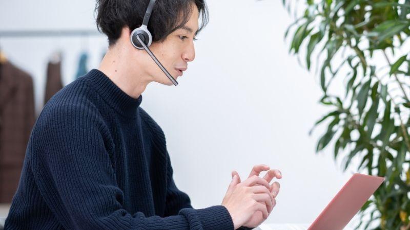オンライン英会話を受講する男性