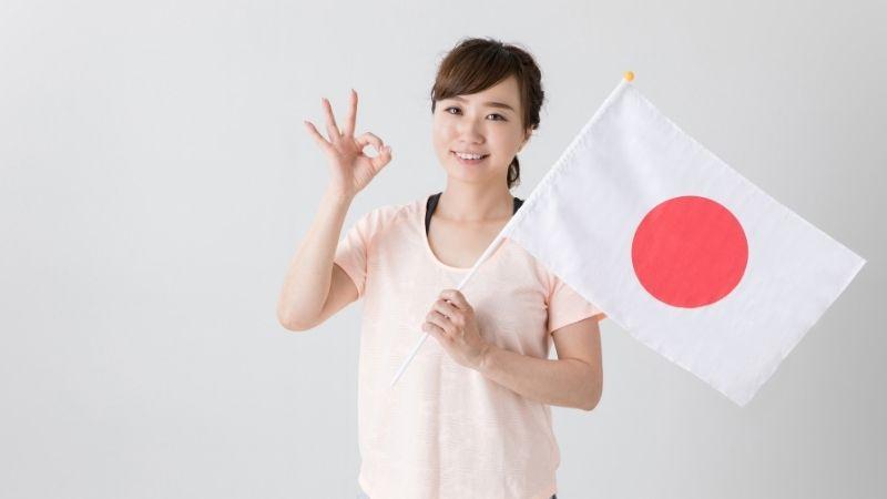 日本の国旗をもった女性