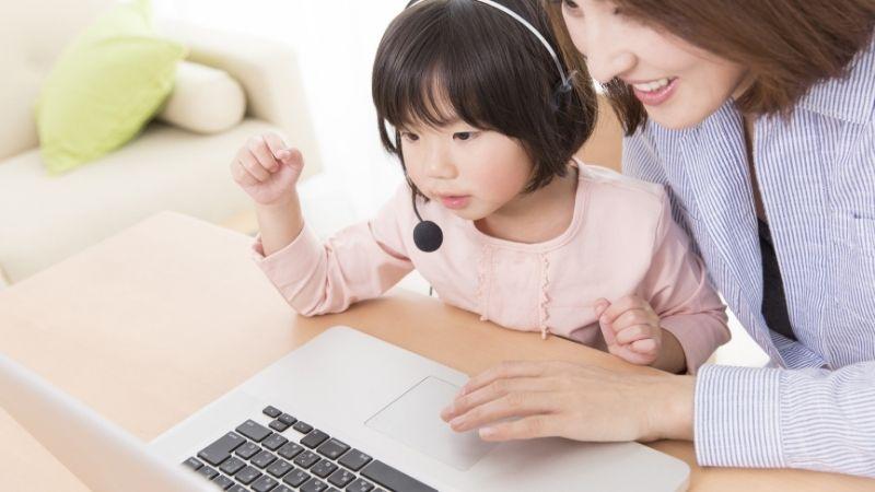 親と一緒にオンライン英会話をうける子供