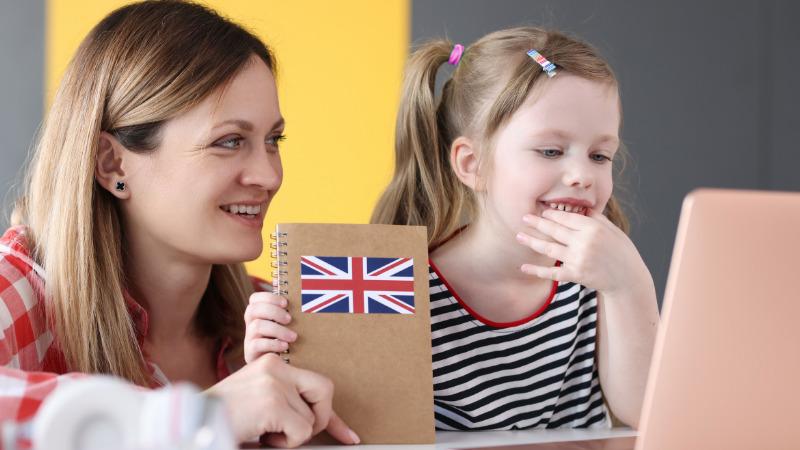 オンライン英会話をする親子